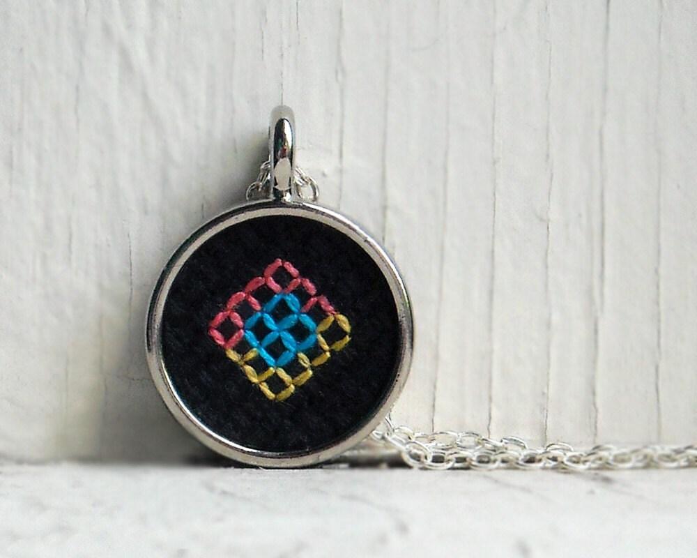 CMYK Ожерелье - Геометрические Вышивка синий, желтый, розовый квадратов на черный с серебром