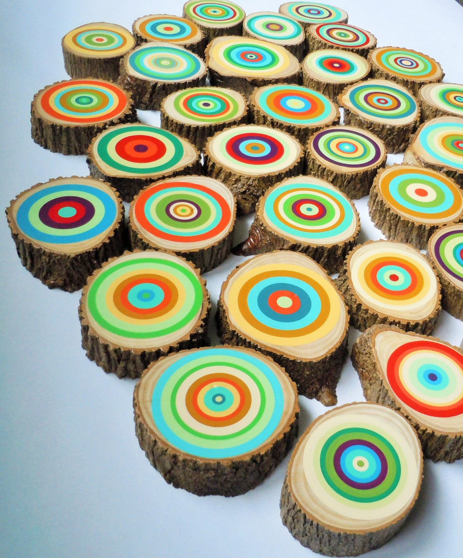 Anéis coloridos pintados em fatias de troncos de árvores  #AC661F 1243x1500
