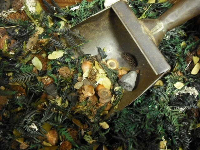 New Hampshire Woods Potpourri. The Fragrance of Christmas, come with bottle of refresher oil.