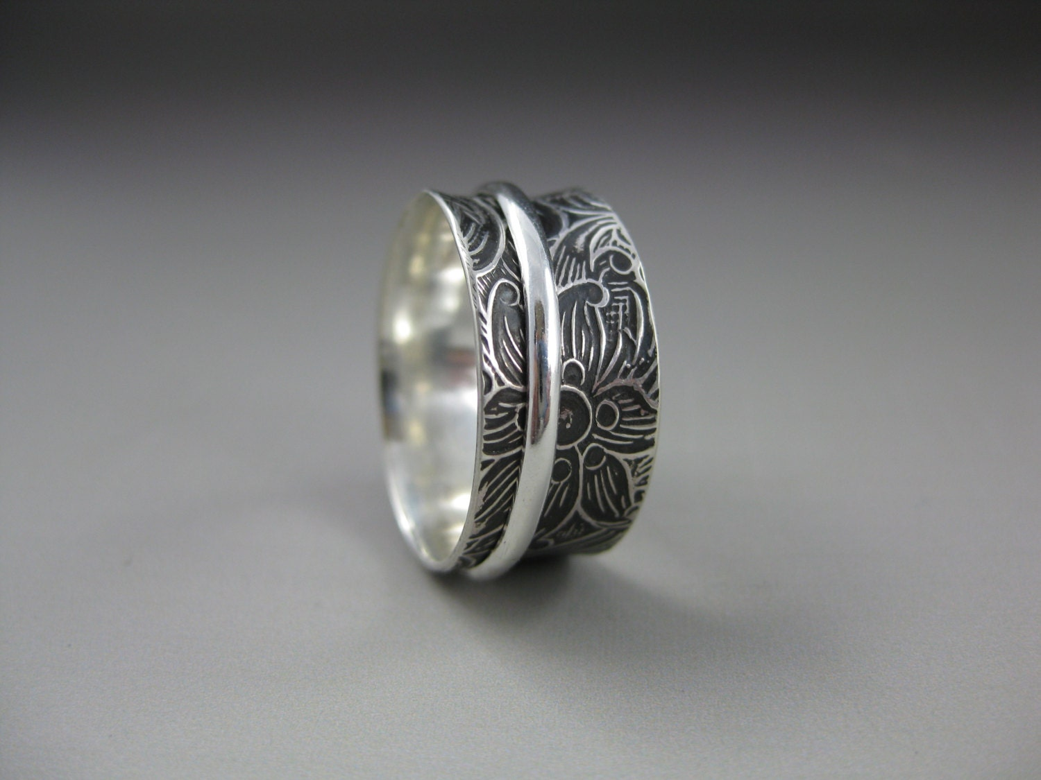 Swirly Patterned Silver Spinner Ring - formandfunktion
