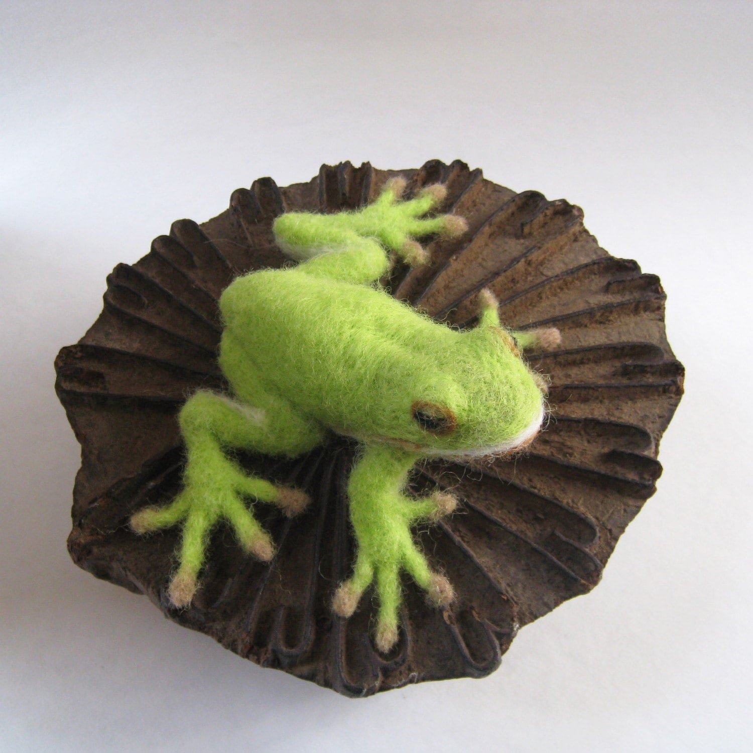 Greenie the green tree frog, needlefelted animal