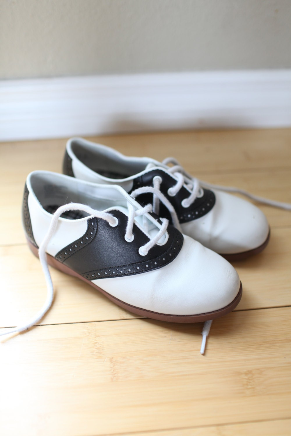 vintage saddle shoes black and white lace up by