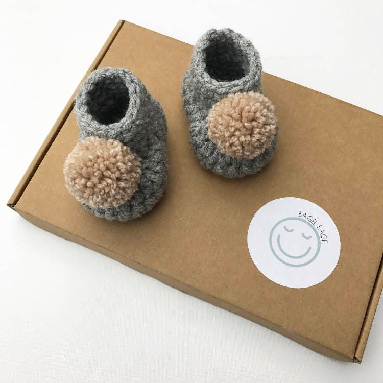 Crochet grey baby booties, pom pom baby booties, gender neutral baby gift, baby shower gift, new baby shoes, crochet baby slippers, new baby
