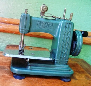 Betsy Ross Vintage Miniature Sewing Machine - Mint Condition w/Box