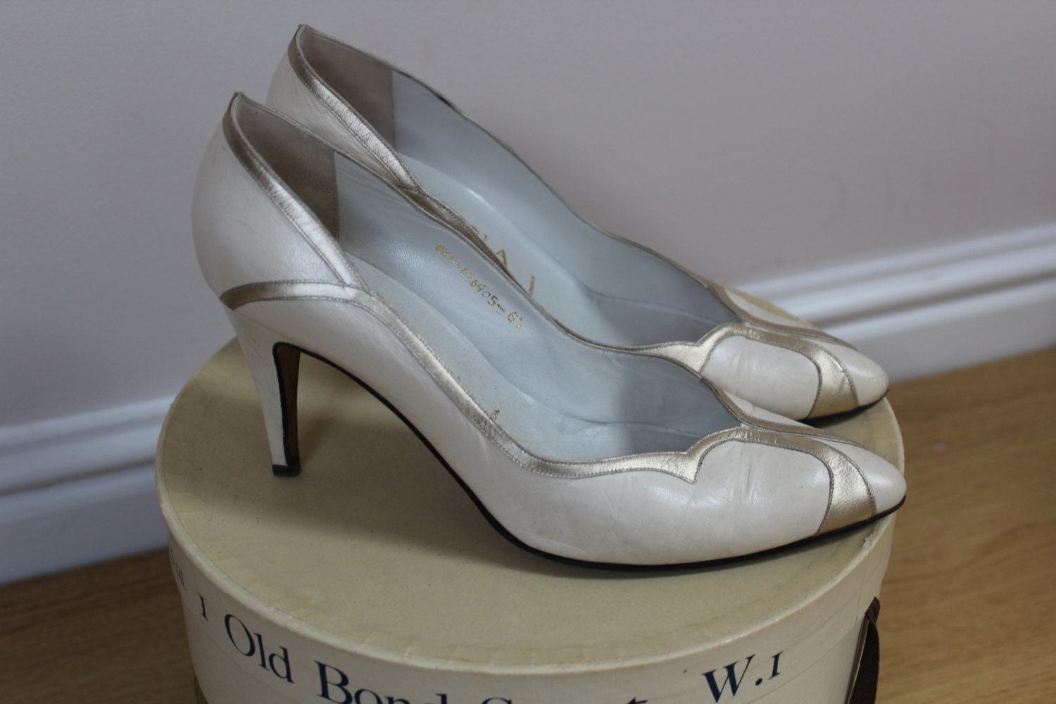 Vintage bridal shoes heels bride shoes heels ivory 80s 1980s metallic shoes heels leather shoes heels kitten heel shoes size 6 shoes heels