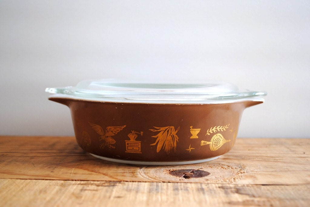 10 Dollar SALE Vintage Casserole - Pyrex Early American Pattern Brown Bowl Thanksgiving - labiblioteca