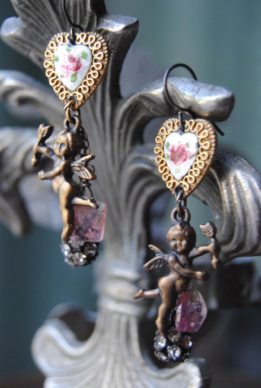 Розовый турмалин и Херувимы - Vintage Сборка Турмалин Херувим Rhinestone СЕРЬГИ Гильоширование сердца