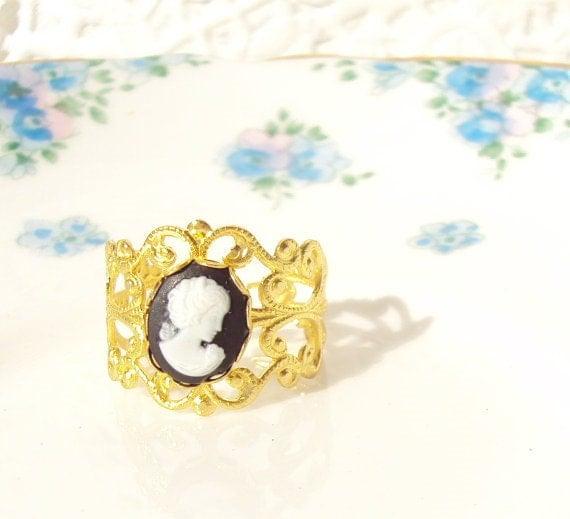 Queenie - Gold Lattice Cameo Ring