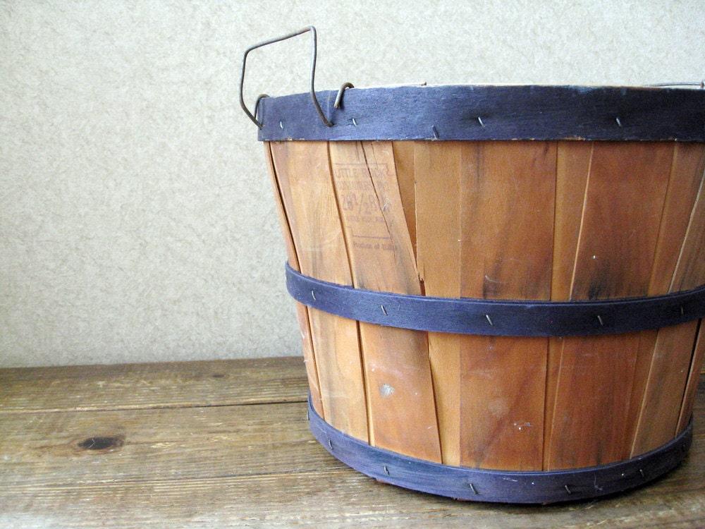 Vintage wooden bushel basket // Vintage orchard basket - RosyBluVintage