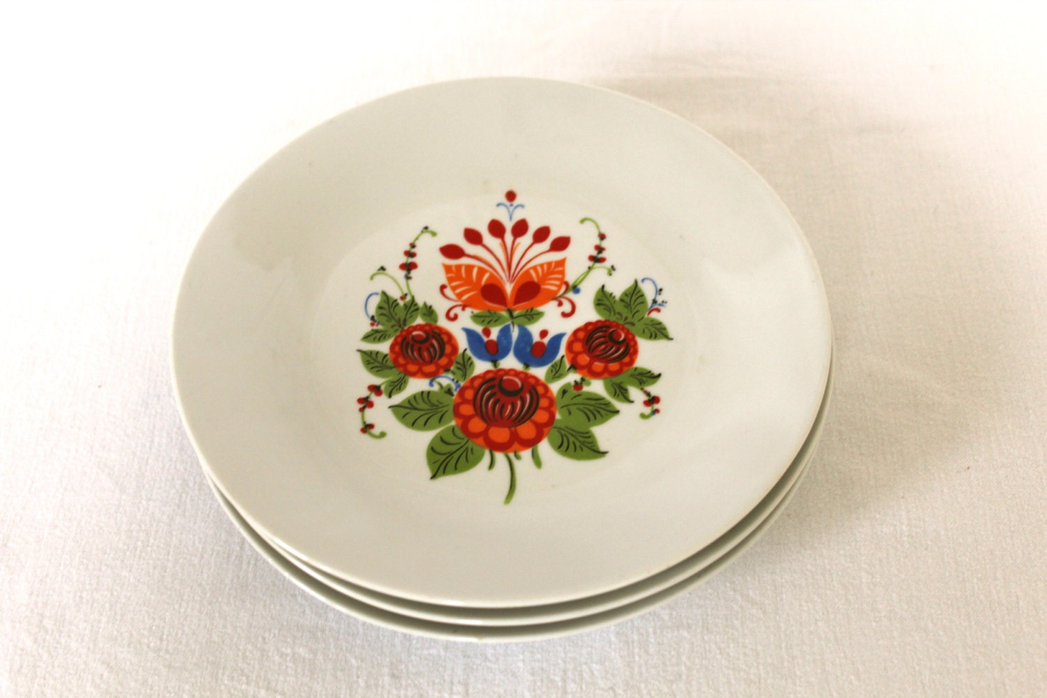 Set of three matching vintage 1970's style plates - BazaarCollective