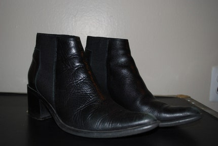 Black leather heeled, pointed Chelsea boots size 37
