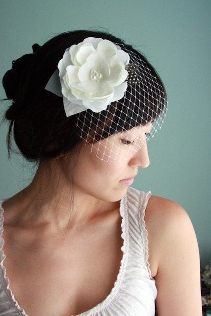 Dove - Lovely and modern bridal hair piece, silk flower, detachable DewDrop veil, feathers - Made to Order