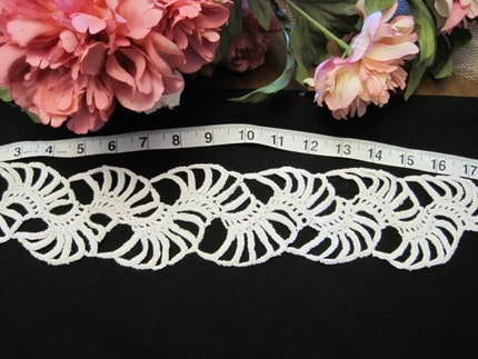 LARGE DECORATIVE CROCHETED EDGE WHITE COTTON (17 inches)