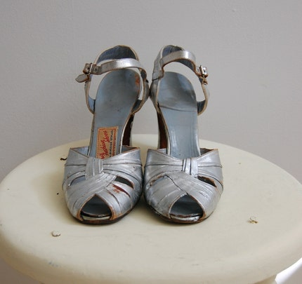 The Mollie- Vintage 1930s Paris Fashion Shoes Fifth Avenue Styles Flapper Art Deco Silver Leather Ankle Strap Peep Toe Cross Over Starlet High Heels Sandals Pumps Size 8 A Narrow
