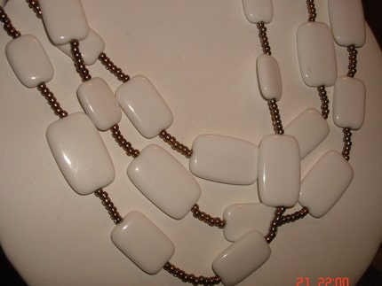 VINTAGE BIB STYLE CHIUCKLET LUCITE AND SEED BEAD NECKLACE