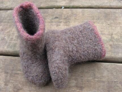felted baby gum boot. ecru/raspberry (0-6 months)