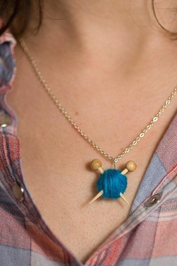 Ожерелье Зеленая Вязальщица это - Пряжа и иглы