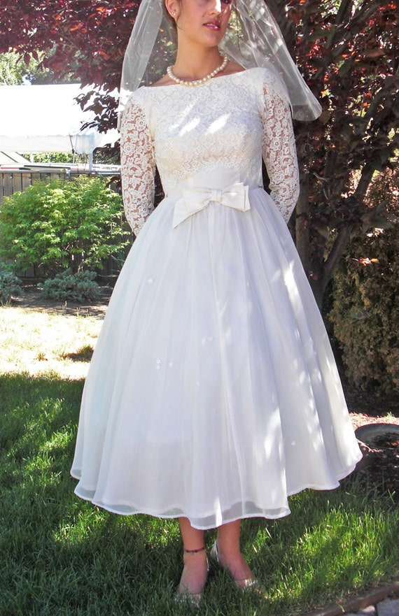 Sale------------------CREAMY CHIFFON TRUFFLE-VINTAGE 1950s OFF WHITE WEDDING GOWN TEA/BALLERINA LENGTH