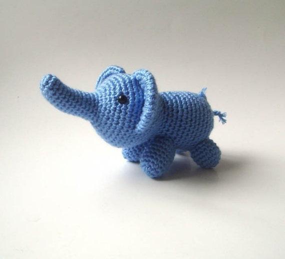 Маленькие синие вязаные слона