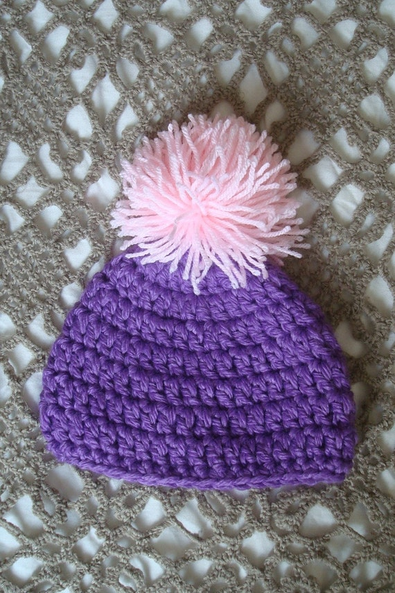 Light blue hat with fluffy white pompom. Perfect for a gift or for a photo prop.Sizes 0-12 month.