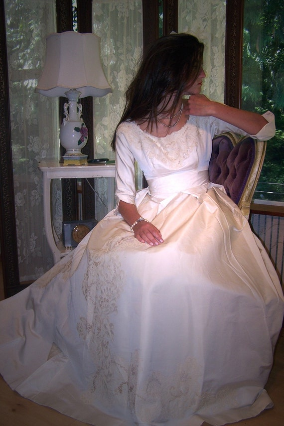 This is what Dreams are Made of in this VINTAGE 1950S HOLLYWOOD BOUTIQUE SILK TAFFETA AND EMBROIDERED  BRIDAL GOWN