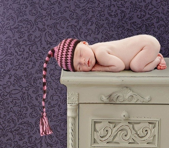 Pink and brown sriped Elf hat. Perfect newbornphoto prop. Sizes 0-12 month.