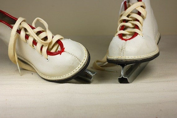 Double-bladed toddler skates.