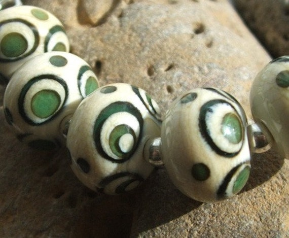 Here's a lovely little set of 5 hand made lampwork beads by Mad Cat Glass