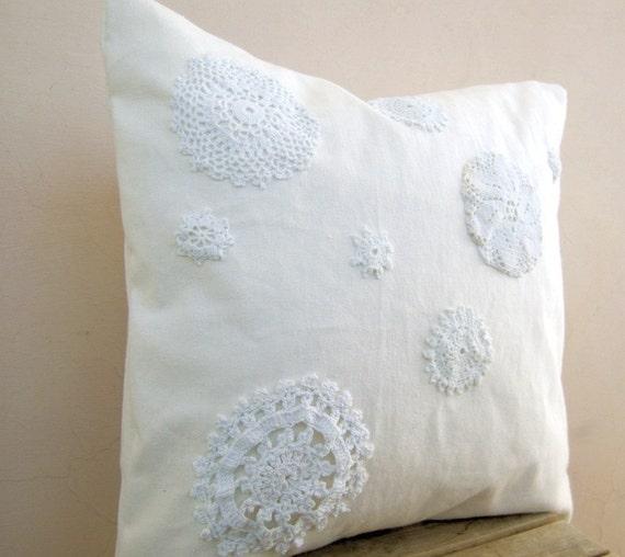 Потертый шик подушку: upcycled старинные кругах вязание крючком, белое на белом