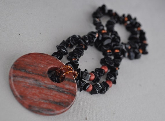 Pendant necklace in rust and black