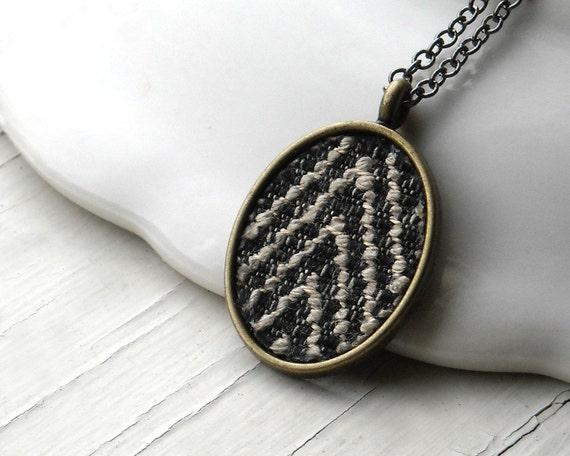 Chevron Ожерелье - Черно-белая полоска ткани с золотыми Подвеска латуни