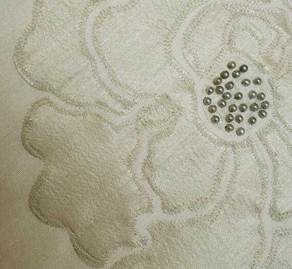 Серебряный цветок Рука бисера мягкая обивка