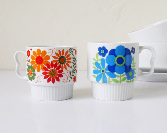 Vintage coffee mugs with mod flower pattern, made in Japan
