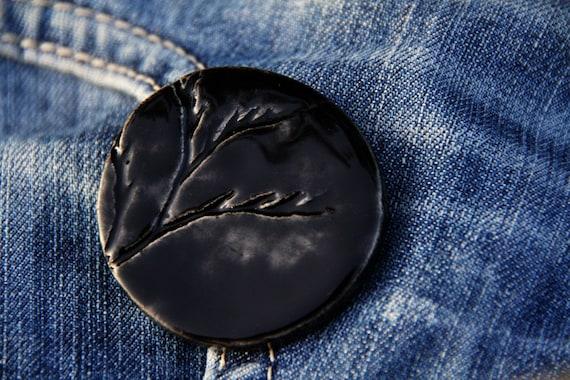 Черная круглая брошь филиала керамические