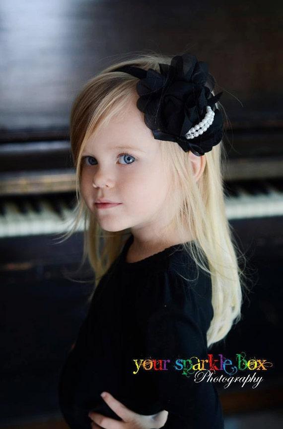 Черный Цветок Повязка - Черный шифон роз с рядами жемчуга Stretchy Черный головная повязка или зажим для волос - Одри - Vintage Вдохновленный