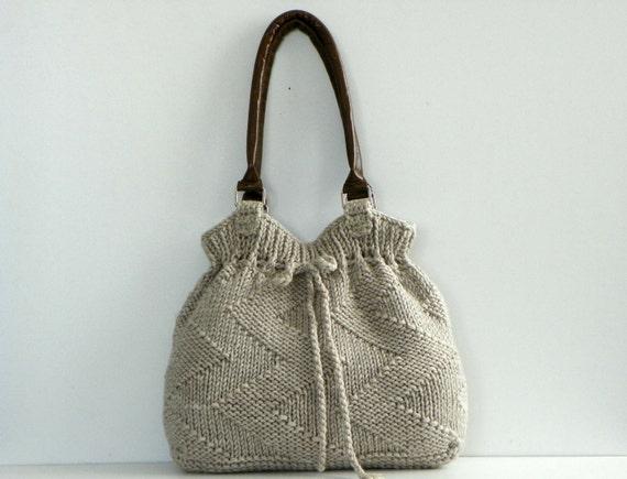 Этот раздел сайта целиком про вязание сумок и сумочек спицами. .  Следует помнить, что полотно, связанное на спицах...