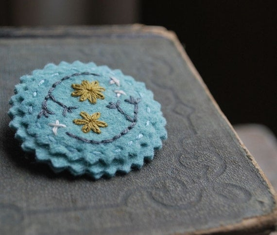 Войлок брошь ручной вышивкой Pin голубой шерсти войлока с горчично-желтый, серый и оловянные слоновой кости вышивки любовью Мод