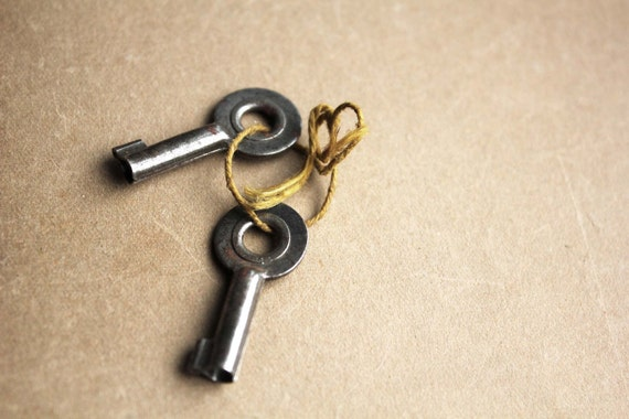 French vintage skeleton keys - round gunmetal matching pair