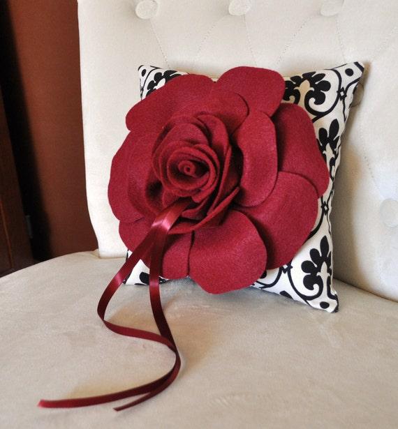 حلقه حامل بالش روبی گل سرخ بر روی حلقه حامل طراح دکور بالش عروسی را انتخاب کنید و یا رنگ خود را رز