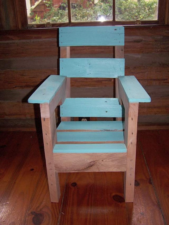 Un conjunto de cuatro sillas infantiles de reciclado / Madera Pallet reutilizada