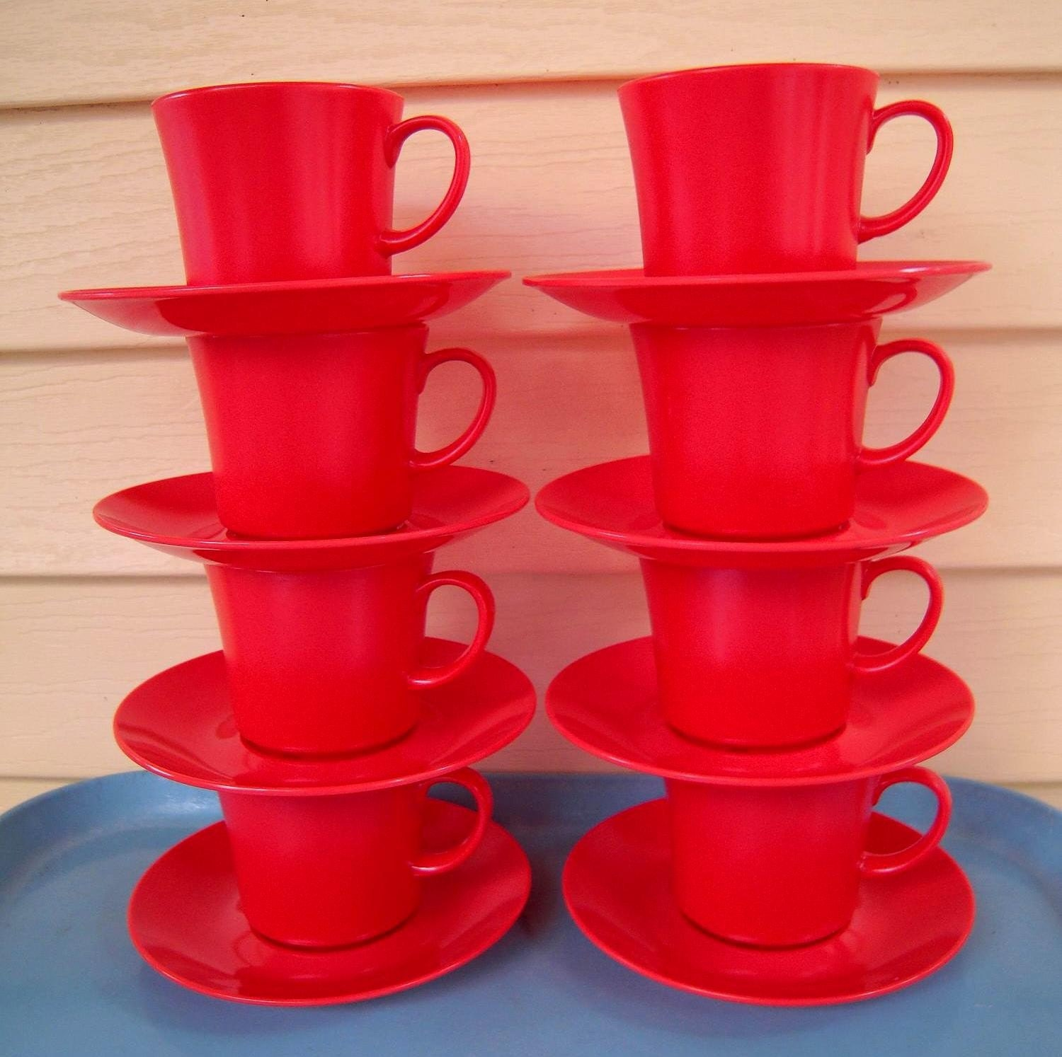 Its starting to cool off a bit and its hard to believe that fall is just on the horizon! This set of red orange melmac cups and saucers are the perfect thing for all your entertaining needs! Sip some hot cider in these!